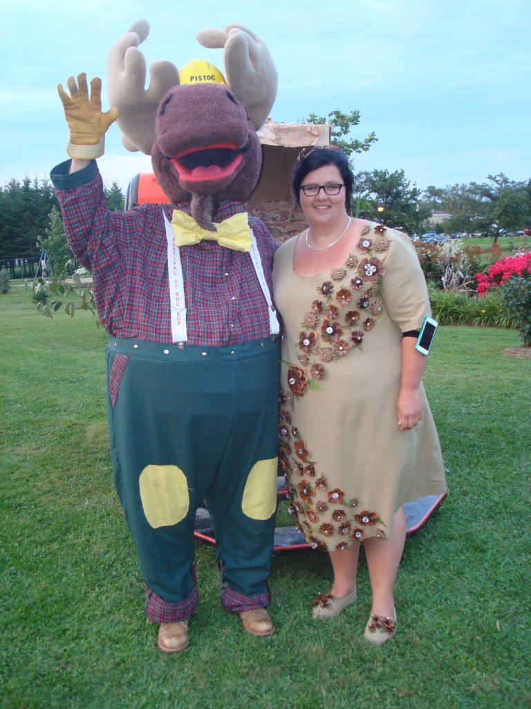Catherine Lemelin, présidente de la 35e édition du Festival du Bûcheux de Saint-Pamphile accompagnée de la mascotte Pistoc. (Crédit photo : Diane Bérubé)